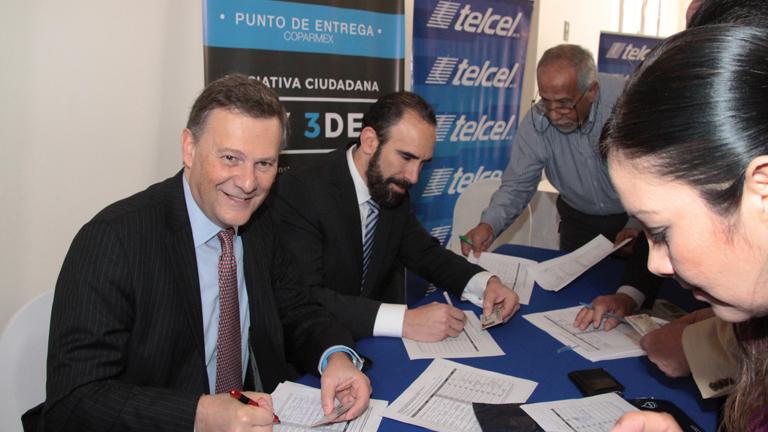 Gustavo Fernández de León y Leo Zuckermann, firmando la iniciativa ciudadana Ley 3 de 3